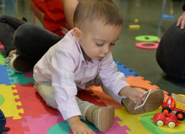 Ya desde bebés, los niños participan en está Jornada. Para estrechar lazos desde pequeños.