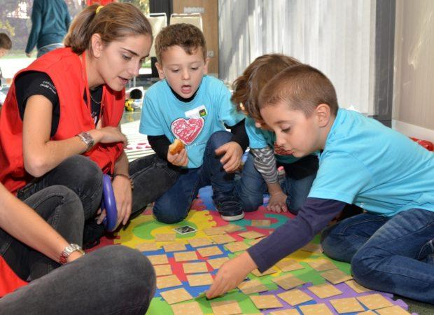 Los voluntarios se ocupan de que los niños se distraigan mientras sus padres se encuentran en las charlas y actividades.