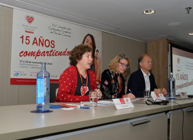 """En la mesa inaugural María Escudero destacó que el pilar que ha sustentado los logros de la entidad en estos 15 años ha sido """"el trabajo en equipo"""" y su motor, """"la ilusión""""."""