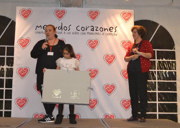 Toñi, voluntaria y madre de un joven con cardiopatía, recibió el premio al voluntario por su apoyo incondicional a la fundación. Siempre está ahí cuando la necesitamos.