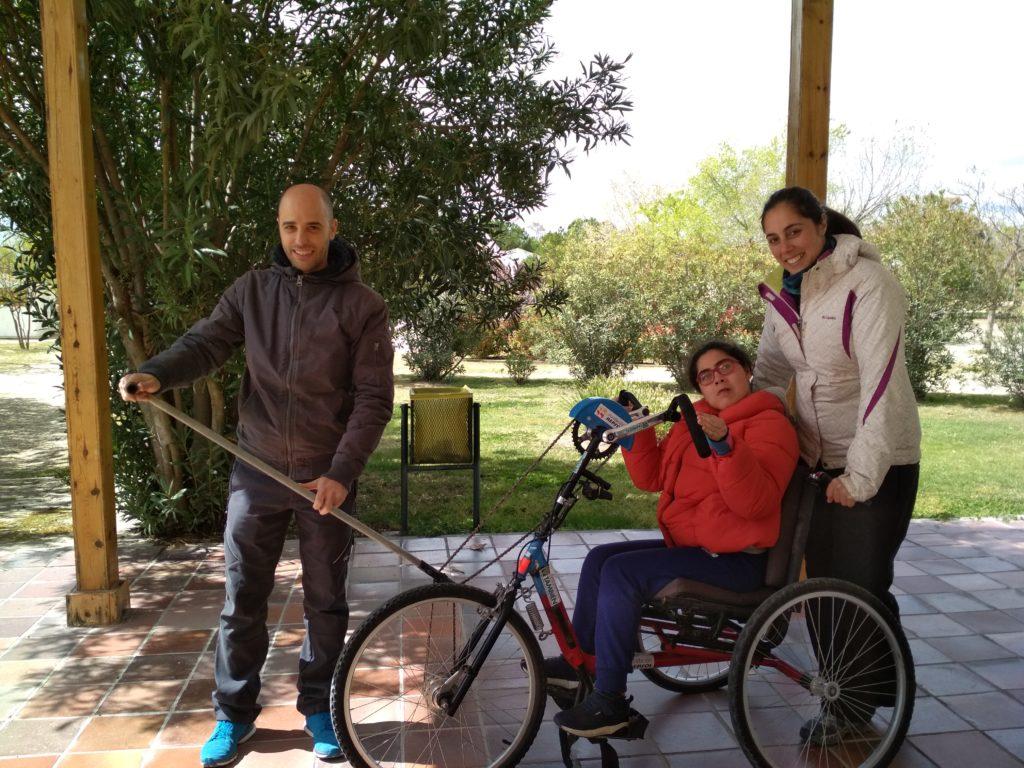 Los chicos y las chicas contaron con una de las bicicletas adaptadas que laFundación Tambiénnos prestará para recorrer cinco etapas del Camino de Santiago