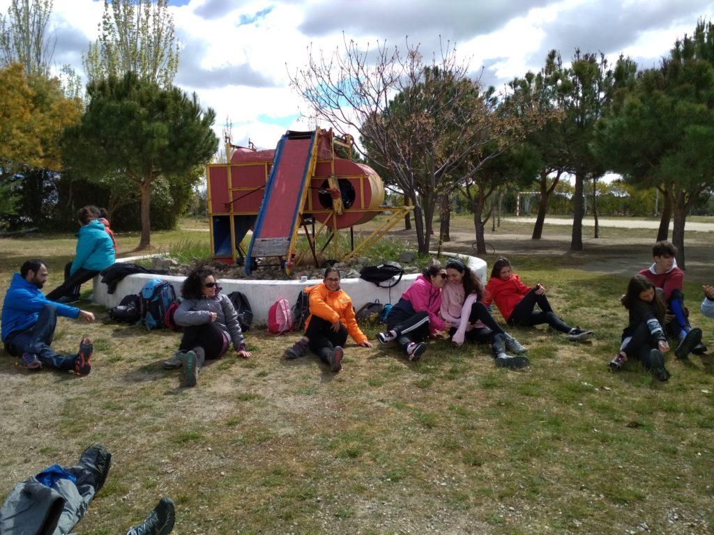 """Algunos de los jóvenes que participarán en el VI ENcuentro 'Caminando a Santiago"""", durante los estiramientos"""