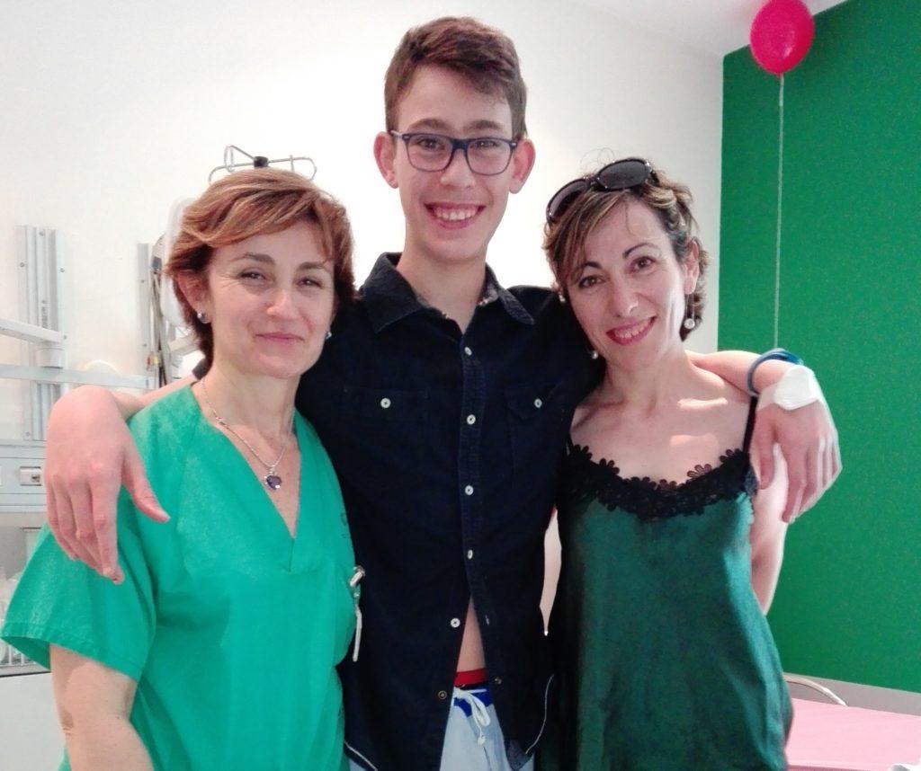 Ricardo, con la Dra. Camino y su madre, Manuela.