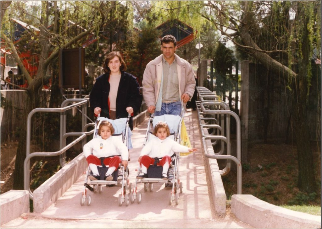 Marta e Isabel con sus padres.