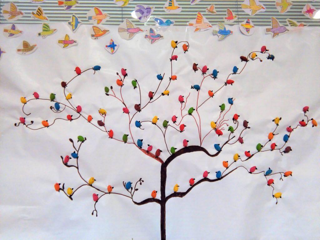 Manualidad de árbol con pajaritos de cáscaras de pistachos