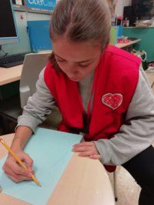 Nuestra voluntaria Nadia haciendo su manualidad