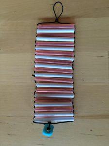 Resultado de la manualidad: una pulsera rosa y azul