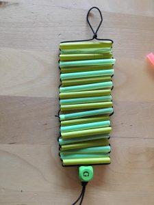 Resultado de la manualidad: una pulsera de multicolor en tonos verdes