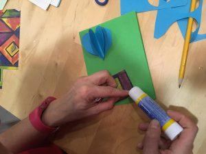 Siguiente paso: pega un cuadrado de papel decorativo en la parte de abajo de la tarjeta.