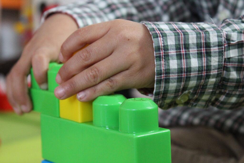 Fotografía de un niño con un juego de construcciones