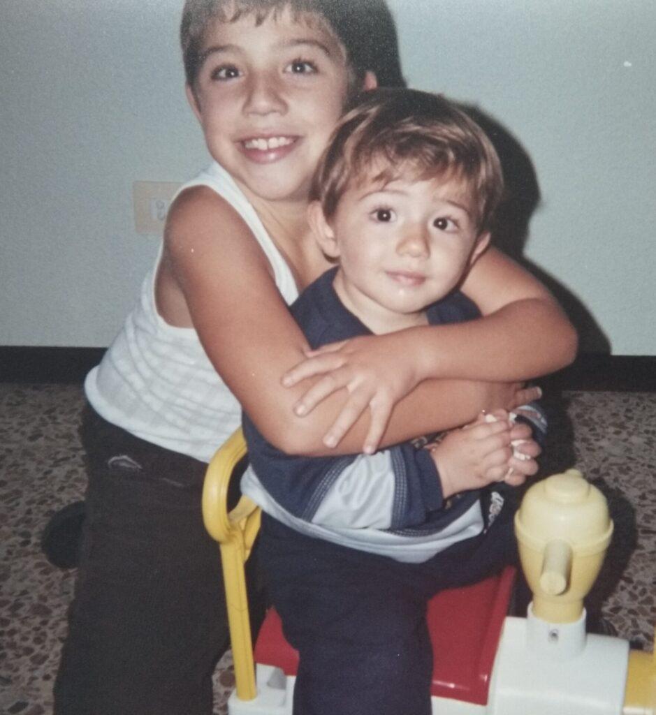 Samu con su hermano Adrián