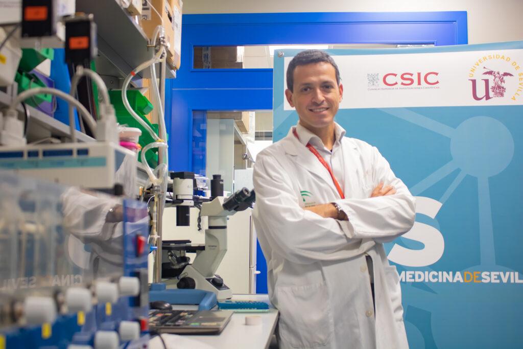 Foto del doctor Israel Valverde, ganador de la III Beca Menudos Corazones