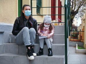 Elitsa y su hija Donna, trasplantada de corazón, en la Casa Menudos Corazones.