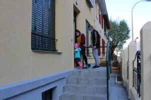 Una familia accede a la Casa Menudos Corazones
