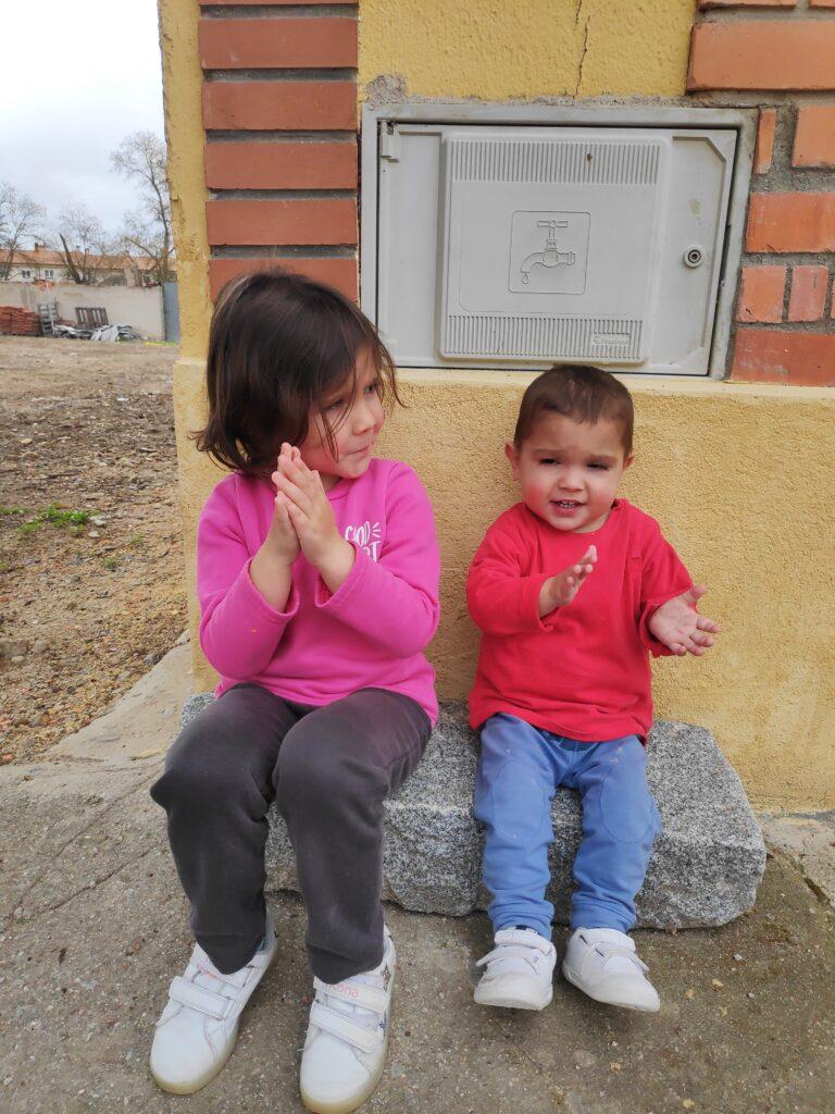 Mara y Aimar, durante el confinamiento.